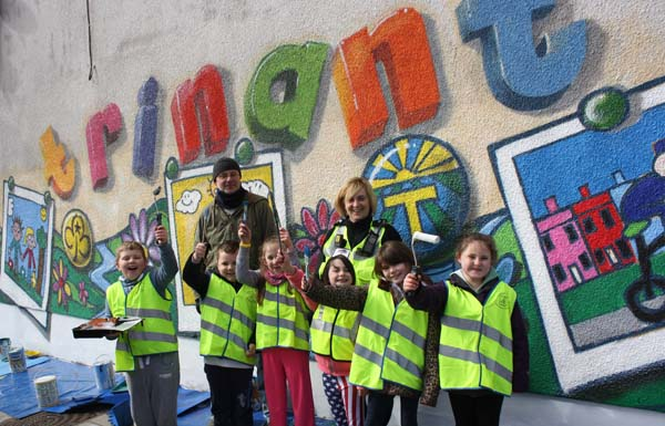 Trinant Primary School pupils, artist Andy O'Rourke and Community Safety Warden Jo Harrigan