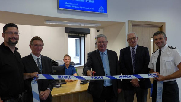 Gwent PCC Ian Johnston cuts the ribbon of the new police desk at Caerphilly Library