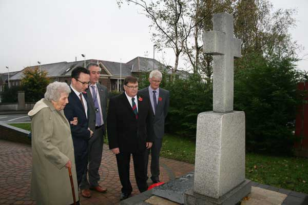 Local resident Mrs Eileen McGrane was joined by local ward members Cllr Hefin David and Cllr Graham Hughes, CCBC's Armed Forces Champion Cllr Alan Higgs and CCBC's Principal Officer for Outdoor Facilities and Bereavement Services Mike Headington to unveil the plaque