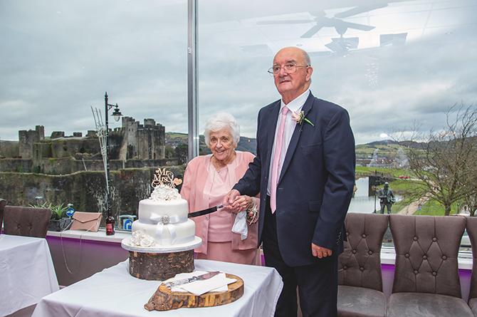 Brenda Edwards and Richard Cornish cutting their wedding cake at Casa Mia, Caerphilly